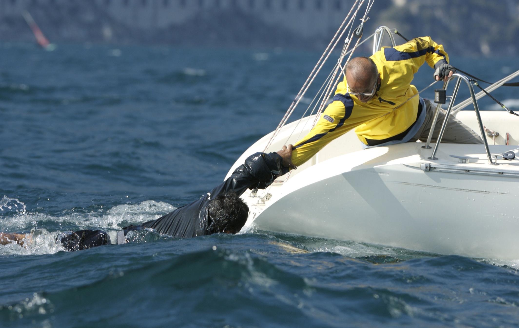 uomo in mare.jpg